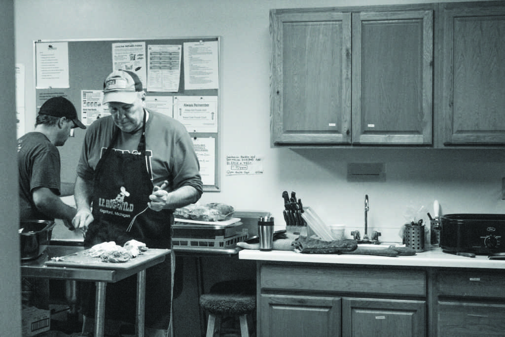 Volunteers+prepare+donated+food+at+the+Warming+Center%0APhoto+by+Kat+Torreano