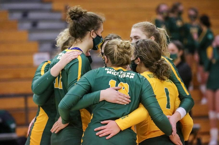 CANT STOP, WONT STOP—The NMU Volleyball team huddles up during an earlier game this season at home. The Wildcats are together more than ever, extending their win streak up to nine straight matches. Photo courtesy of NMU Athletics.